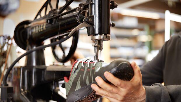 Traditionelle Singer-Nähmaschine und moderner Laufschuh von Joe Nimble