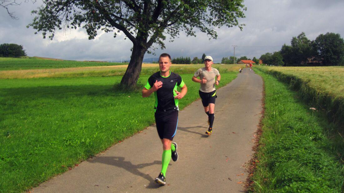 Vogelsberger Südbahnlauf: Auf der Halbmarathonstrecke, kurz hinter dem Dorf Wettges