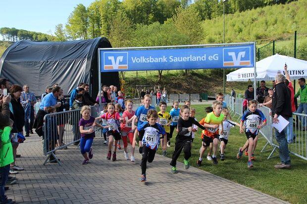 Volkslauf um den Allendorfer Bahnhof: Start zum Kinderlauf über 800 Meter