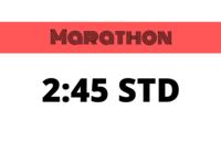 Vor dem Brandenburger Tor laufen Läufer angestrengt beim Marathon