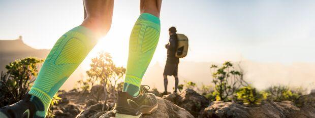 Wanderer mit Outdoor Performance Compression Socks von Bauerfeind.