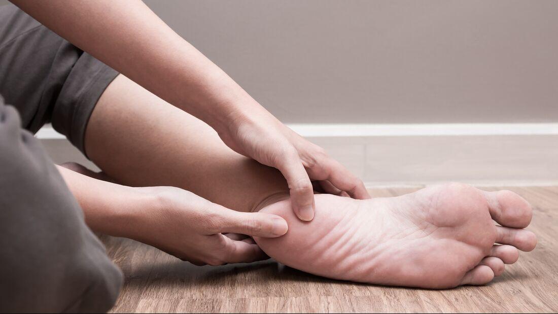 Wenn die Fußsohle schmerzt, kann es eine Als Plantarfasciitis sein.