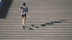 Wer Treppen hochläuft, kräftigt seine Beinmuskulatur stärker als beim Laufen im Flachen.