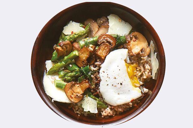 Wildreis mit Ei, Pilzen und grünem Spargel Rezept