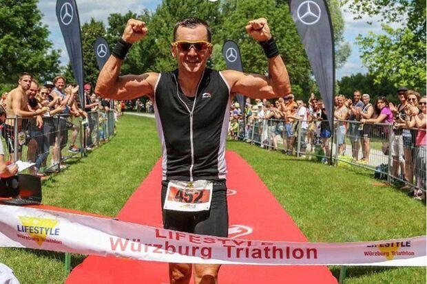 Würzburg-Triathlon: Thomas Hellriegel beim Zieleinlauf