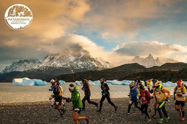 Wunderschönes Panorama von schneebedeckten Bergen und von Gletschern durchzogenen Seen. 2