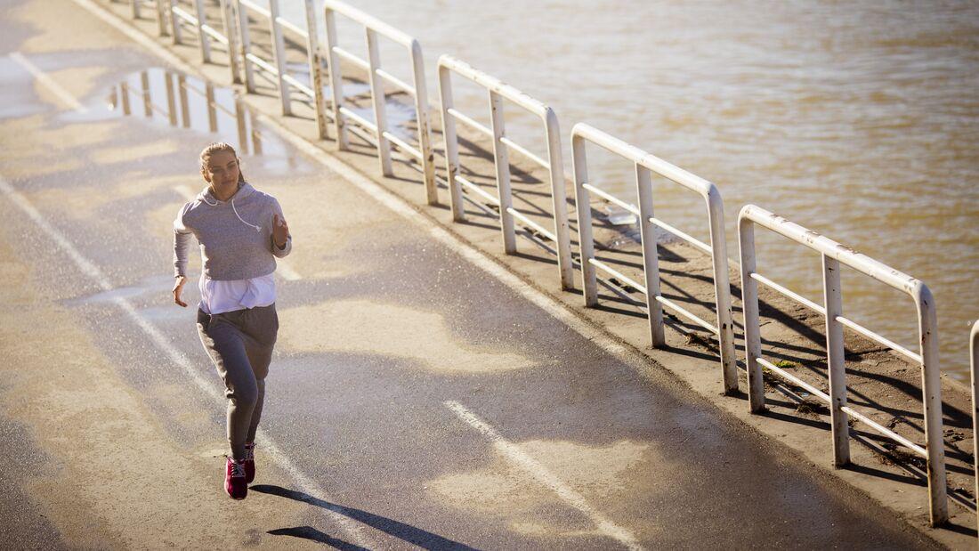 Nehmen Sie ab, indem Sie auf dem Laufband laufen