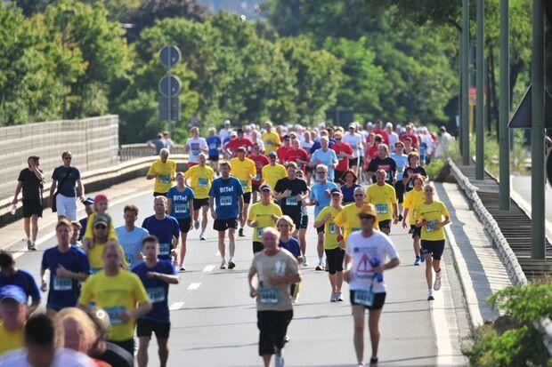 run & roll day Bielefeld: Läufermassen bevölkern den Ostwestfalendamm.
